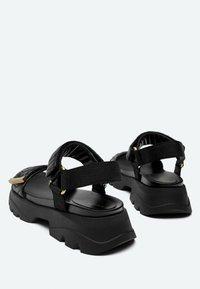 Uterqüe - MIT SOHLE IM SNEAKER-STIL - Platform sandals - black - 2