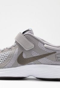 Nike Performance - REVOLUTION 4 FLYEASE - Zapatillas de running neutras - atmosphere grey/metallic pewter/thunder grey/light current blue - 2