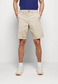 GAP - IN SOLID - Shorts - iconic khaki - 0