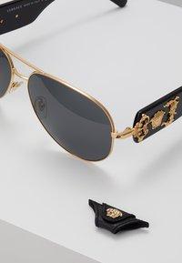 Versace - Lunettes de soleil - gold-coloured - 2