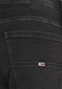 Tommy Jeans - RONNIE RLXD - Džínové kraťasy - black denim - 4