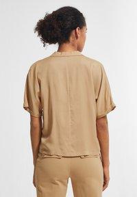 comma - BOXY - Button-down blouse - sahara - 1