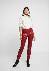 Apart - PANTS - Pantalon classique - bordeaux - 1
