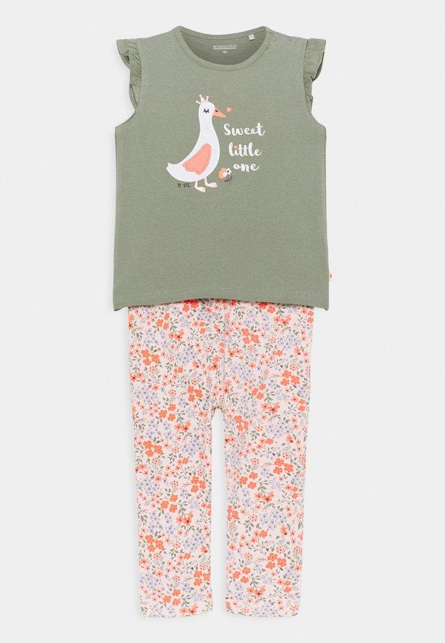 SET - T-shirt con stampa - khaki/multicolor