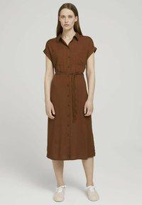 TOM TAILOR DENIM - MIT GÜRTEL - Shirt dress - amber brown - 0