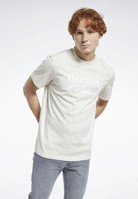 Reebok Classic - CLASSICS SPLIT VECTOR T-SHIRT - Print T-shirt - beige - 0
