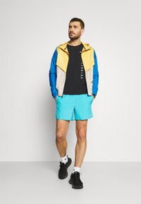 Nike Performance - TRAIL WINDRUNNER  - Chaqueta de deporte - solar flare/beach/laser blue/reflective silver - 1
