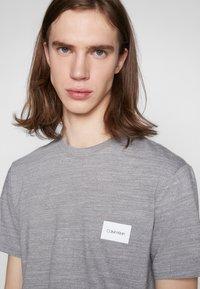 Calvin Klein - MOULINE CHEST LOGO - Triko spotiskem - grey - 4