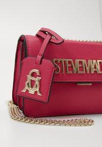 Steve Madden - BSTAKES - Across body bag - pink - 2