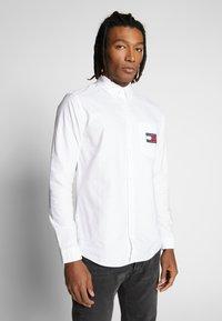 Tommy Jeans - OXFORD BADGE  - Koszula - white - 0