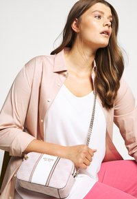 Guess - CATHLEEN - Bandolera - blush - 0