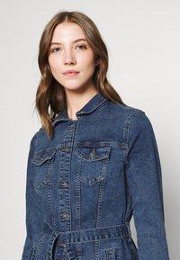 ONLY - ONLTIA LIFE LONG BELT  - Veste en jean - light blue denim - 3