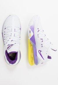 Nike Performance - LEBRON XVII LOW - Koripallokengät - white/voltage purple/dynamic yellow - 1