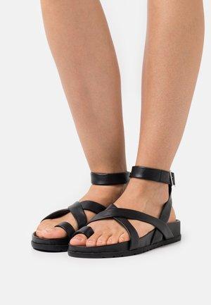 VMHELO - Sandály s odděleným palcem - black