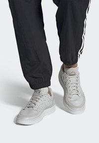 adidas Originals - SUPERCOURT - Sneakersy niskie - grey one/crystal white - 0
