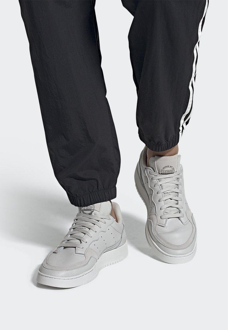 adidas Originals - SUPERCOURT - Baskets basses - grey one/crystal white