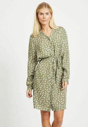 MIT BINDEGÜRTEL - Shirt dress - deep lichen green 1