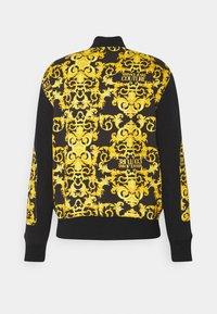Versace Jeans Couture - FLEECE PRINT LOGO BAROQUE  - Zip-up hoodie - black - 1
