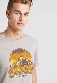 Columbia - BASIN BUTTE GRAPHIC TEE - T-Shirt print - grey heather - 3