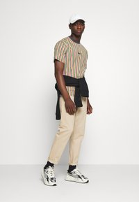 Kickers Classics - VERTICAL STRIPE TEE - T-shirt con stampa - yellow/green/pink - 1