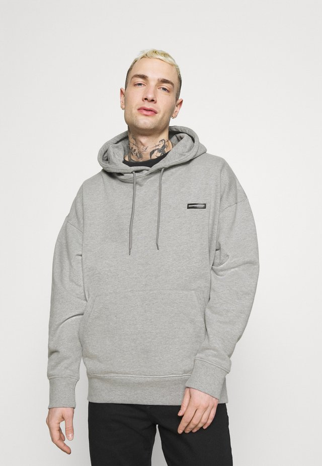 ESSENTIAL HOOD WITH RUBBER BADGE UNISEX - Felpa - grey
