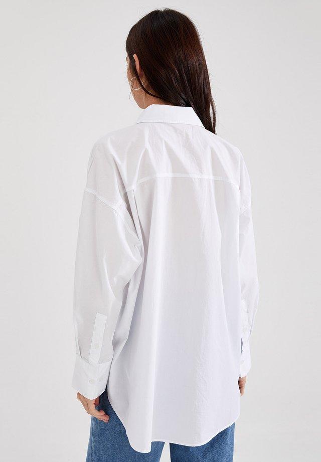 OVERSIZE FIT - Camicia - white