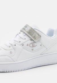 Champion - LOW CUT SHOE REBOUND - Basketball shoes - white - 5