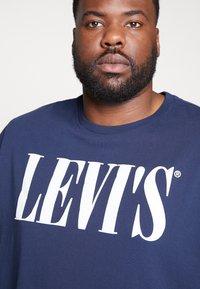 Levi's® Plus - BIG GRAPHIC TEE - Print T-shirt - dress blues - 4
