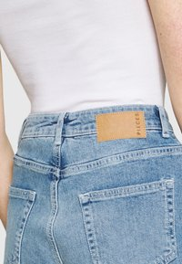 Pieces - PCLEAH MOM - Jeans relaxed fit - light blue denim - 3