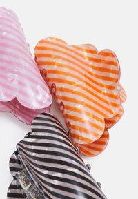 Pieces - PCJAMILLA HAIR SHARK 3 PACK - Hair styling accessory - black/orange pepper/tea rose - 2
