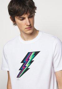 PS Paul Smith - MENS REGULAR FIT LIGHTNING - Print T-shirt - white - 4