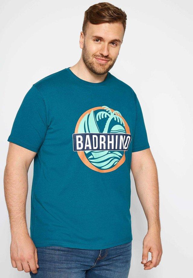 BIG AND TALL ISLAND - Print T-shirt - blue