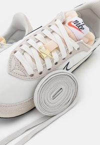 Nike Sportswear - WAFFLE TRAINER 2 - Tenisky - sail/light bone/black/university red - 7