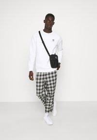 adidas Originals - ESSENTIAL CREW - Sweatshirt - white - 1