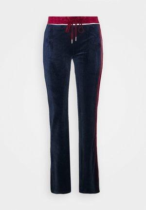 FLARED TRACK PANTS - Pantaloni sportivi - navy/burgundy