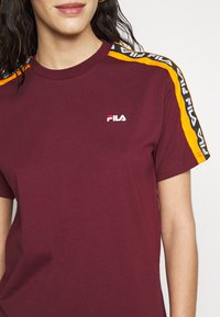 Fila Tall - TANDY TEE - Printtipaita - tawny port/orange popsicle