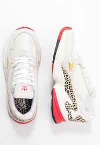 adidas Originals - Sneakersy niskie - chalk white/offwhite/scarlet - 5
