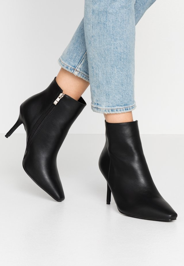 WIDE FIT PRALINE - Boots à talons - black