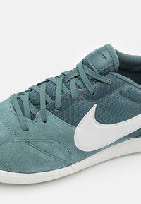 Nike Performance - PREMIER II SALA IC - Futsal-kengät - hasta/platinum tint - 5