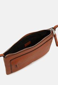 PARFOIS - CROSSBODY BAG CONFETTI - Across body bag - camel - 2