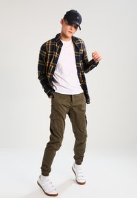 Urban Classics - JOGGING PANT - Pantalon cargo - olive - 1