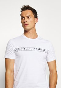 Armani Exchange - T-shirt con stampa - white - 3