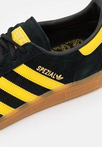 adidas Originals - HANDBALL SPEZIAL UNISEX - Sneakers basse - core black/yellow/gold metallic - 5