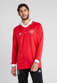 adidas Performance - MUFC ICONS TEE - Klubbkläder - real red - 0
