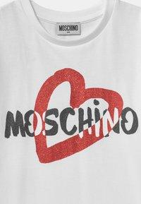 MOSCHINO - MAXI ADDITION - Triko spotiskem - optic white - 2