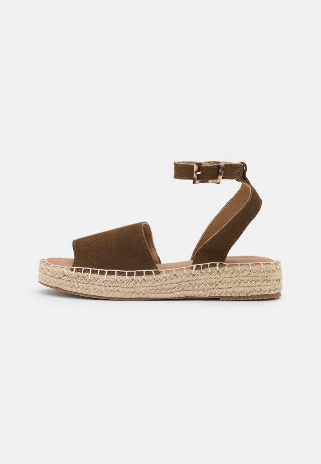 CLARA  - Sandalias - brown