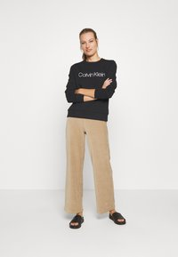 Calvin Klein - CORE LOGO - Bluza - black - 1