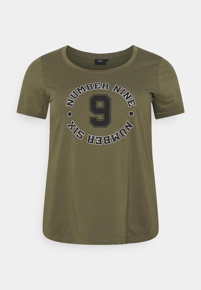 STRAIGHT TEE - Print T-shirt - ivy green