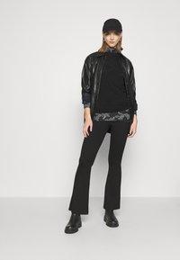 Vero Moda - VMFEABI - Langærmede T-shirts - black/filip - 1
