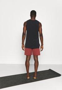 Nike Performance - YOGA - Korte broeken - redstone/bronze eclipse - 2